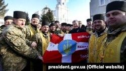 Президент України Петро Порошенко і військові капелани Православної церкви України біля кафедрального собору Святої Трійці в Луцьку, 15 січня 2019 року