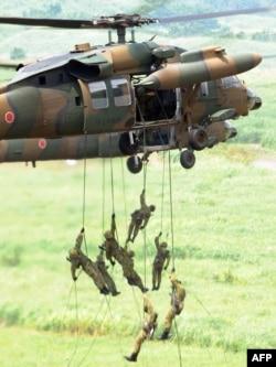 Учения Сил самообороны Японии у подножи ягоры Фудзи. 2010 год