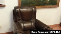 Следы от попавших в Заманбека Нуркадилова пуль — на внутренней стороне левого подлокотника кресла и в нижней левой части рамы портрета Нуркадилова. Алматы, 23 октября 2020 года.