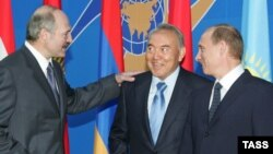 Президент Беларуси Александр Лукашенко, президент Казахстана Нурсултан Назарбаев и президент России Владимир Путин.