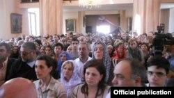 Верующие в армянской церкви Сурб Эчмиадзин в Тбилиси (архив)