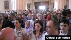 Վիրահայերը Թբիլիսիի Սուրբ Էջմիածին եկեղեցում կրոնական արարողության ժամանակ, արխիվ