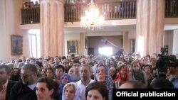 Վրաստան - Հայ համայնքի ներկայացուցիչները Թբիլիսիի Սուրբ Էջմիածին հայկական եկեղեցում ծիսակատարության ժամանակ