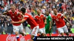 Игроки сборной России во время матча со сборной Саудовской Аравии, Москва, 14 июня 2018 года.