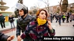Женщина во время демонстрации в Баку в январе 2013 года. Иллюстративное фото.