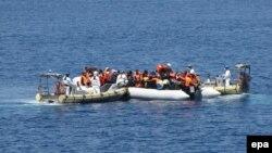 Imigrantët që kanë shpëtuar gjatë një operacioni të pjesëtarëve të Marinës së Italisë