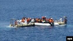 Փրկարարներն օգնություն են ցուցաբերում Միջերկրական ծովով Իտալիայի ափերին մոտեցած փախստականներին, արխիվ