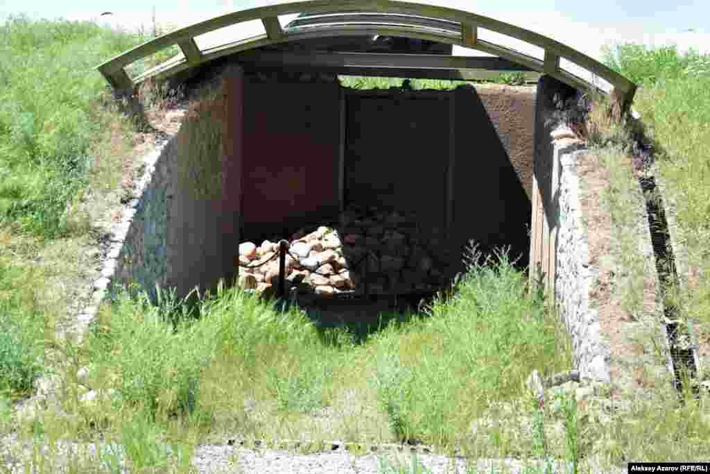Ближе к границе города расположен музеефицированный курган. Фото из поездки 25 мая 2016 года.