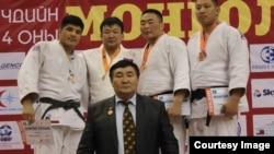 Этнический казах Серик Бердымуратов (крайний слева), участник сборной Монголии по дзюдо.