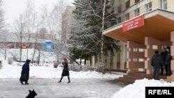 На избирательных участках Омска и Магадана избирателей прикармливают лотерейными билетами и билетами на музыкальные концерты