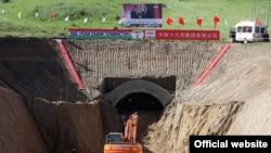 Китайские специалисты строят тоннель в Таджикистане