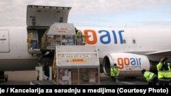 Вакцините од Фајзер и Бионтек вчера пристигнаа на белградскиот аеродром