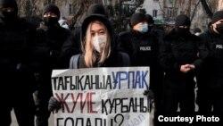 Активистка Айзат Абильсеит, 25 лет, в окружении СОБРа. Алматы, 16 декабря 2020 года.