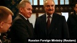 Khalifa Haftar (sağda) bu ilin yanvarında Moskvada Sergei Shoigu ilə uğursuz danışıqlar keçirib