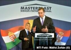 Aleksandar Vučić szerb miniszterelnök a Masterplast Nyrt. szabadkai gyárának avatásán Orbán Viktorral 2016-ban