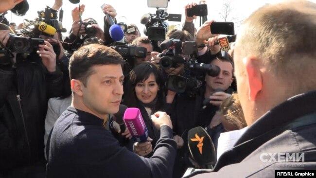 У день виборів Зеленський уперше опинився в оточенні журналістів, спраглих до запитань
