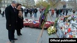 Кыргызстандын президенти Алмазбек Атамбаев жубайы менен терактан курман болгондорду эскерүүдө. Париж
