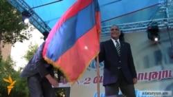 Րաֆֆի Հովհաննիսյանը ծնկաչոք համբուրեց Եռագույնը