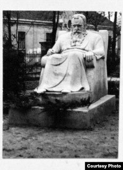 Памятник Шептицькому (автор – Сергій Литвиненко, 1935 рік), який був встановлений на святкуванні 30-ліття Національного музею і 70 -ліття від дня народження митрополита. Знищений радянською владою (архівні фото)