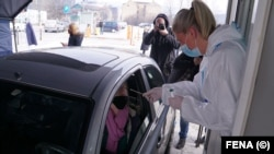 Drive in punkt za testiranje na COVID-19 na parkingu u blizini mosta Suade i Olge u Sarajevu, 17. februara 2021. godine.