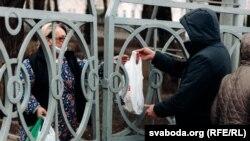 Сваякі перадаюць перадачы пацыентам інфэкцыйнага шпіталя ў Віцебску, дзе трымаюць хворых з каранавірусам і кантактных асобаў, 31 сакавіка