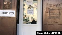 Вывеска о работающем кафе в городе в период карантина. Через несколько дней это кафе всё же закрылось. Темиртау, 31 марта 2020 года.