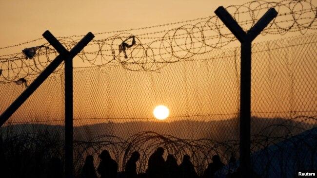 Мігранти поблизу паркану на грецько-македонському кордоні. Лютий 2016 року.