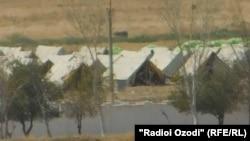 Куляб аэропортуна чукул жердеги убактылуу качкындар лагери.