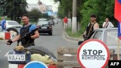 Пророссийские повстанцы на въезде в Донецк.