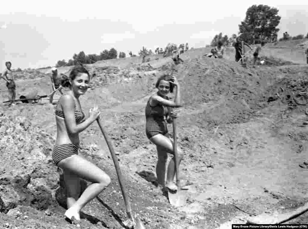Девушки в коммунистическом молодежном «трудовом лагере», 1963 год. Такие лагеря использовались для создания инфраструктуры, а также выполняли свою пропагандистскую роль. Подростков учили скандировать лозунги с признанием в любви к «товарищу Тито». Они разучивали кричалки вроде «В конце туннеля сияет пятиконечная [коммунистическая] звезда!».