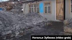 Черный снег в районе Афонино в городе Киселевск