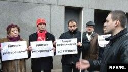 За десять дней до задержания Сергей Удальцов (на переднем плане) принимал участие в митинге против точечной застройки