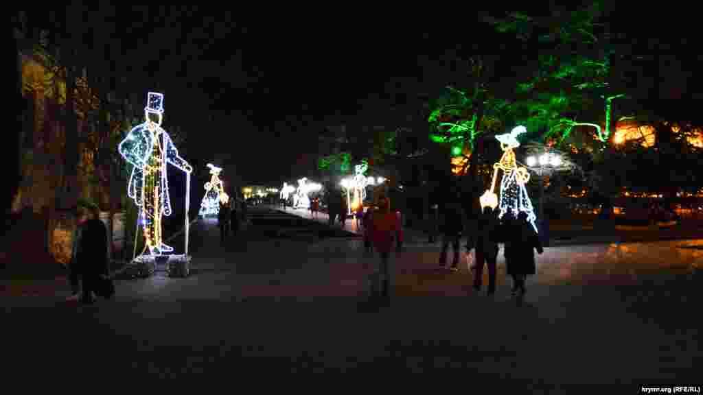 Светящиеся фигуры на Приморском бульваре