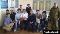 """""""Еуразия Одағына қарсы жиынға"""" қатысып шыққан соң ұсталғандардың бір тобы Есіл аудандық полиция бөлімінде. Астана, 27 мамыр 2014 жыл."""