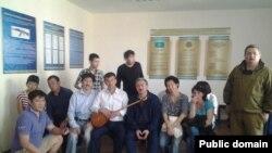 """Задержанные участники """"антиевразийского собрания"""" и журналисты в Есильском РУВД. Астана, 27 мая 2014 года."""