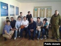 Полиция ұстаған ЕАЭО келісіміне наразы топ полиция бөлімшесінде отыр. Астана, 27 мамыр 2014 жыл.