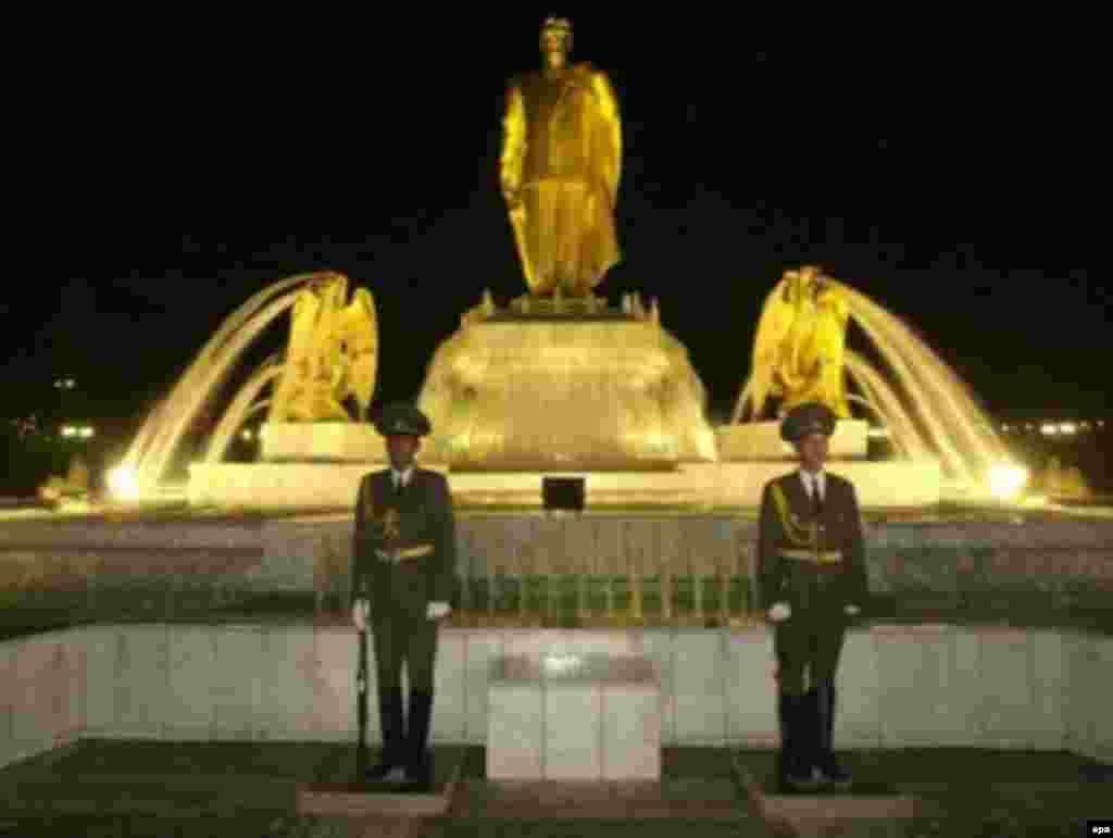 Hərbçilər Saparmurad Niyazovun heykəli qarşısında fəxri qarovulda dayanırlar, Aşqabad, 1 noyabr 2001