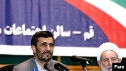 محمود احمدی نژاد، رييس جمهوری ايران، در قم گفت: دشمنان درصدد ربودن وی بوده اند..