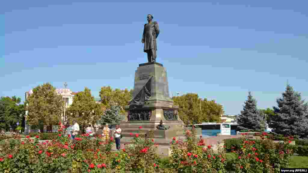 Памятник адмиралу Нахимову на одноименной площади. Первый памятник российскому адмиралу открыли на этом месте в 1898 году.В 1928 году скульптуру адмирала демонтировали советские власти города и в 1932 году заменили его памятником Владимиру Ленину. В 1959 году скульптуру Нахимова воссоздали, а памятник Ленину «переехал»