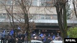 Участники протеста в Бишкеке. 7 апреля 2010 года.