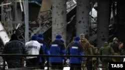 Сотрудники мониторинговой миссии ОБСЕ на территории разрушенного Донецкого аэропорта