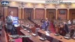 Përleshje fizike ndërmjet deputetëve serbë