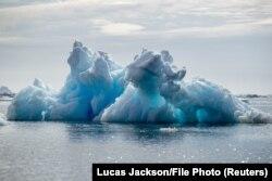 Айсберг неподалеку от берегов Гренландии