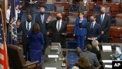 مراسم ادای سوگند سه سناتور با حضور کامالا هریس