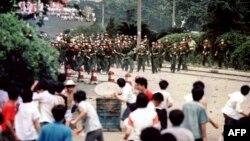 Разгон демонстрантов на пекинской площади Тяньаньмэнь 4 июня 1989 года. Архивное фото