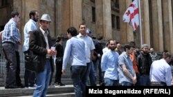 Перед зданием бывшего парламента в центре Тбилиси уже сегодня собрались противники ЛГБТ, которые не собираются покидать это место и завтра