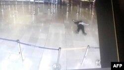تصویری از ترمینال فرودگاه اورلی مردی را روی زمین نشان میدهد که توسط نیروهای امنیتی هدف قرار گرفته است