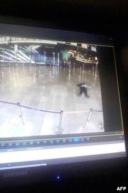 Снимок, сделанный с экрана монитора, на котором запечатлен убитый мужчина, напавший на полицейских в Орли