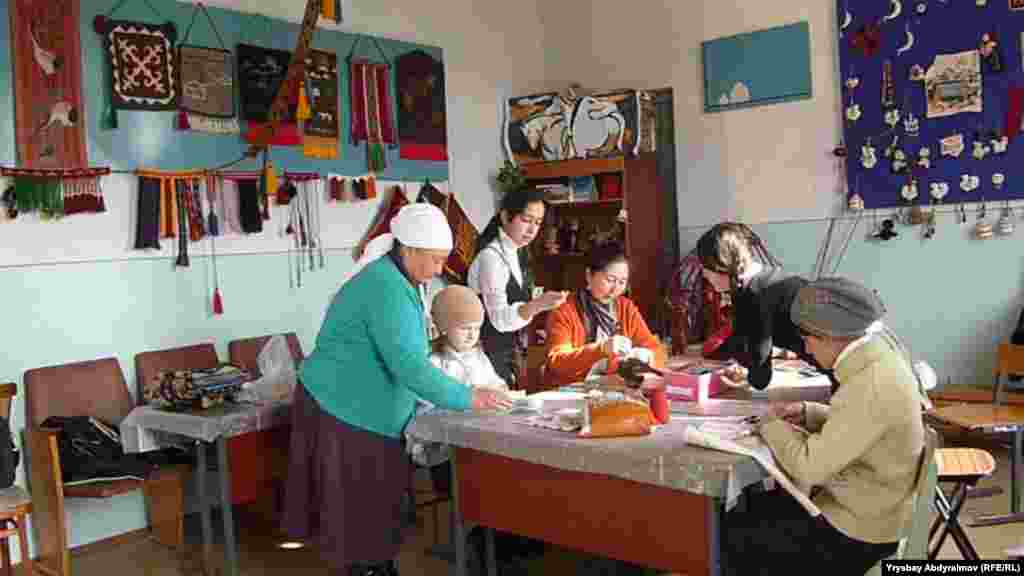 Kyrgyzstan: Totukan Oskonbaeva, Handcrafting teacher in Jalal Abad with her students in the class