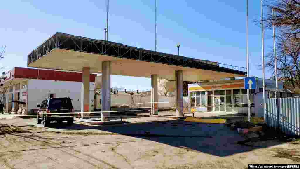 Одна из неработающих автозаправок нидерландской компании Shell. Два десятка АЗС этой сети закрылись в Крыму весной 2014 года – после аннексии полуострова